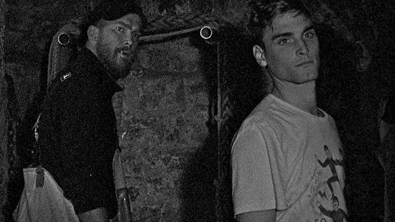 Fotograma de la película Bait donde se ve a sus dos protagonistas mirando a un mismo punto, como expectantes.