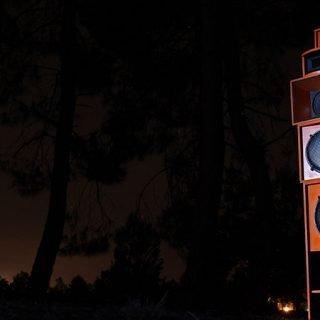 Foto de una torre de wafles en una espacio exterior nocturno.