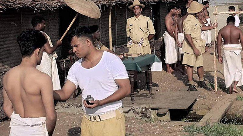 Fotograma de la película Bhayanakam en el que s ve a un grupo de prisioneros en un campo de trabajo en India.
