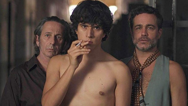 Fotograma de la película El Príncipe en el que se ve a tres de sus protagonistas mirando con gesto desafiante.