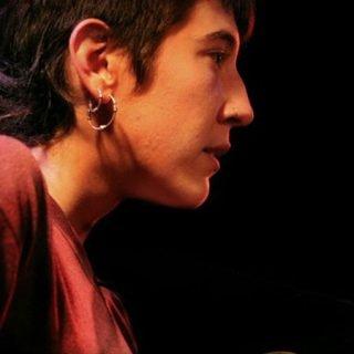 Foto de Eva Sierra cantando en un concierto.