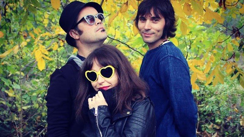 Foto de los tres integrantes de Fônal posando en un bosque.
