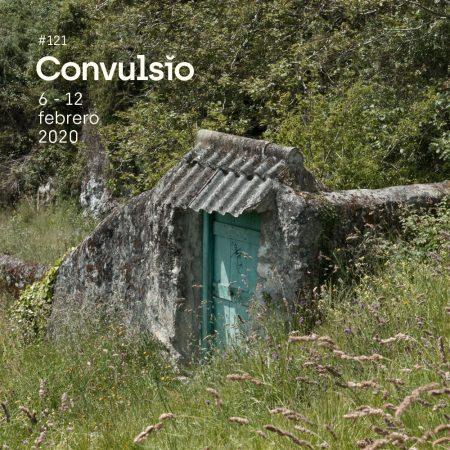 Contraportada de Convulsio con foto de un prao de llanes en el que yace un muro con una puerta de color verde turquesa que alberga una fantástica firma de algún subnormal.