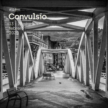 Contraportada de Convulsio con foto en blanco y negro de un puente, visto en perspectiva, en un entorno urbano de la cuenca minera asturiana.