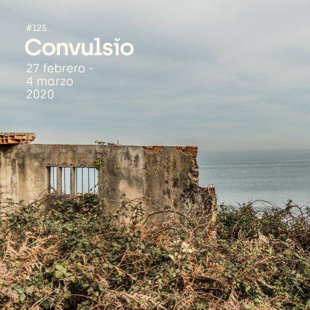 Contraportada de Convulsio con foto de una fachada en ruinas frente al mar junto a una sebe.