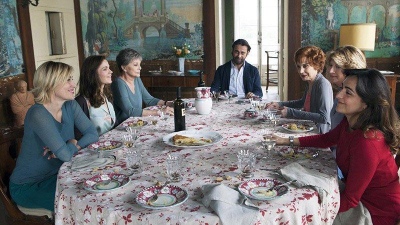 Fotograma de la película Latin Lover en el que se ve a la familia protagonista alrededor de una mesa.