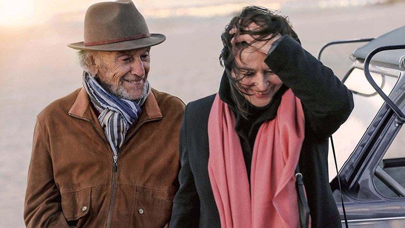 Fotograma de la película en el que se ve a sus dos protagonistas caminando juntos y riéndose.