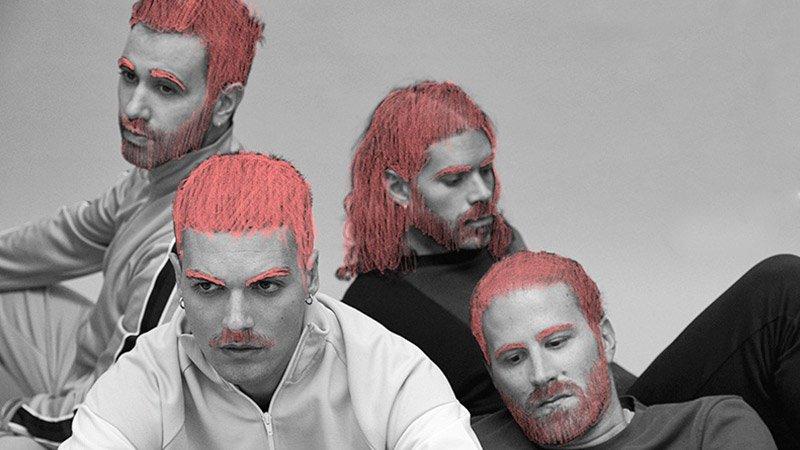 Foto en blanco y negro de los cuatro componentes de Miss Caffeina sentados mirando al infinito con trazos de color rosa pintados sobre el pelo.