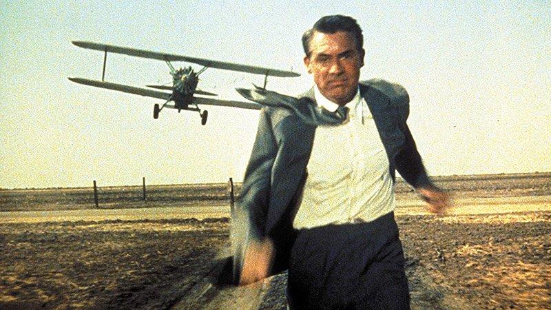 """Fotograma de la mítica película """"Con la muerte en los talones"""" en el que se ve a su protagonista y detrás un avión que le sobrevuela."""