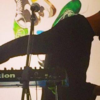 Foto de Juan Casamayor (Octuvre) en directo retorciendo los mandos de sus sintetizadores.