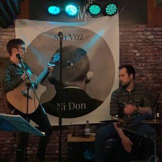 Foto de los cuatro componentes de Sin Voz Ni Don tocando en directo.