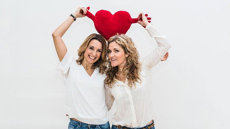"""Foto de las dos psicólogas que protagonizan el monólogo """"10 Maneras de cargarte tu relación de pareja""""."""