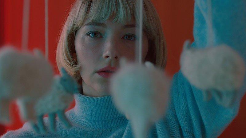 Fotograma de la película Swalllow en el que se ve a su protagonista con gesto serio mirando al infinito.