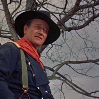 Fotograma del western The horse soldiers en el que se ve a John Wayne subido en un caballo.