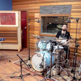Foto de los tres integrantes de Tomás Merlo Group tocando en un estudio de grabación.